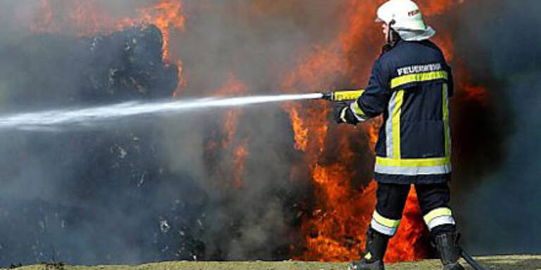 Feuerwehr löscht riesen Brand in City