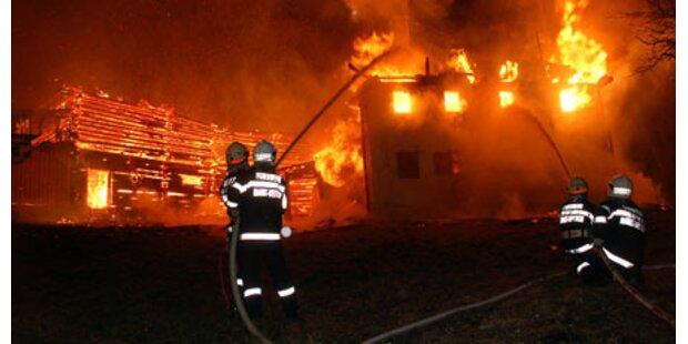 Feuer vernichtet zwei Gebäude