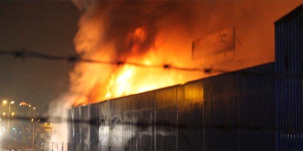 115 Feuerwehrleute löschen Brand in Krems