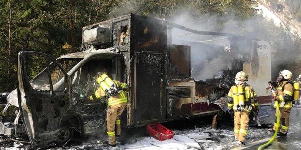 Gefährliche Ladung: Klein-Lkw mit Propangasflaschen an Bord fängt Feuer
