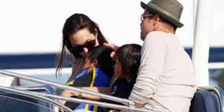Angelina Jolie & Brad Pitt mit ihren beiden Söhnen.