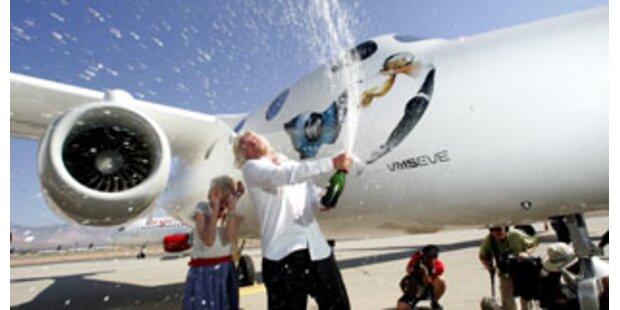 Branson enthüllt Flugzeug für Weltraumtouristen