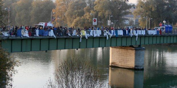 Flüchtlinge springen in Braunau in den Inn