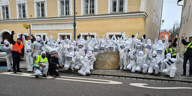 Corona-Gegner posieren vor Hitlers Geburtshaus
