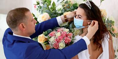 Brautpaar mit Maske bei Hochzeit