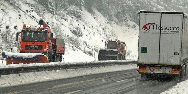 Schnee-Chaos: Einsatzkräfte im Dauereinsatz