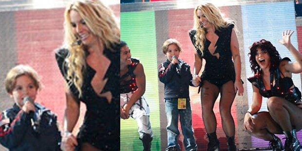 Hier zerrt Britney Sohn auf die Bühne