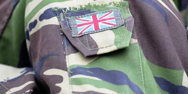 Britsche Soldaten zertrümmern Lokal