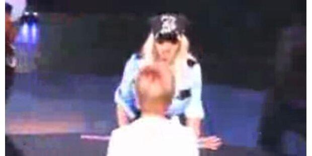 Fan überrannte Britney Spears auf Bühne