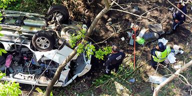 Horror-Crash: Auto stürzt von Brücke