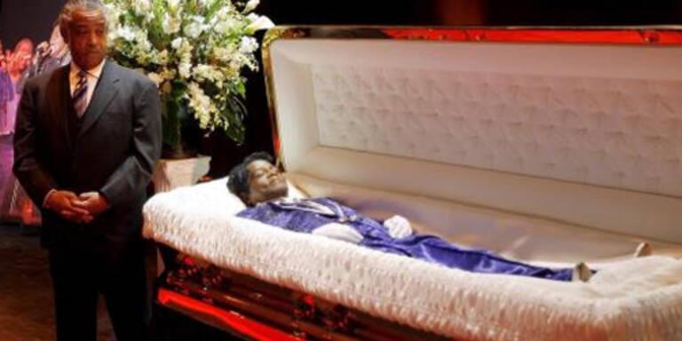 Leiche von James Brown an geheimem Ort