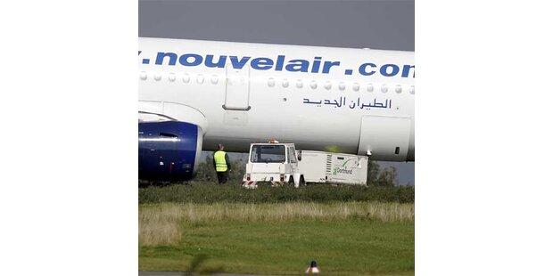 Vollbesetzter Airbus raste über Landebahn hinaus