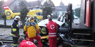 Pkw kracht in Zug - Lenker schwer verletzt