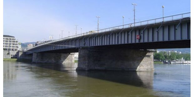 Schiff rammte Brückenpfeiler in Linz