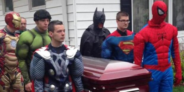 Superhelden tragen kleinen Bub zu Grabe