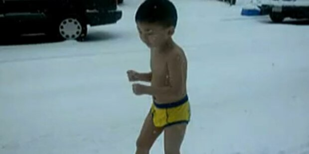 Bub musste fast nackt durch Schnee laufen