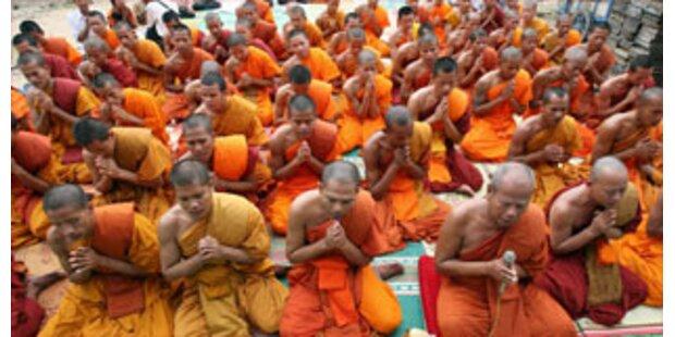 Buddhistische Mönche als Geiselnehmer