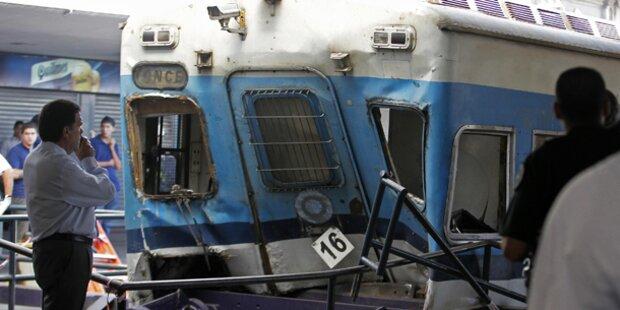 Zug rammt Bahnsteig - 49 Tote