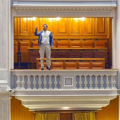 Mann springt von Parlaments-Balkon