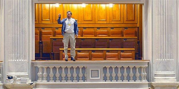 Protest: Mann springt von Parlaments-Balkon