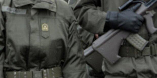Unteroffizier hob Hand zum Hitlergruß