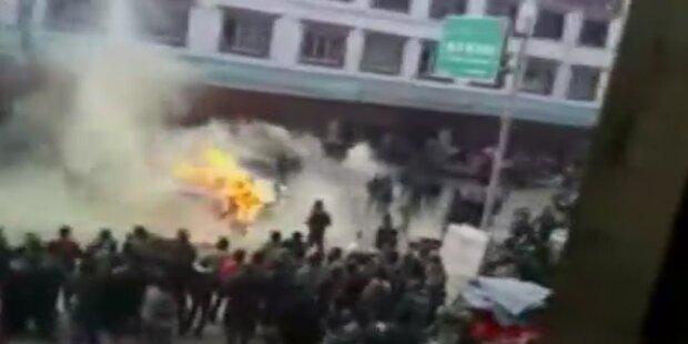 China: Polizei tritt auf brennenden Mann ein