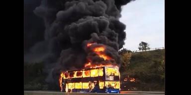 Mega-Feuer verschlingt Schulbus auf Autobahn in Großbritannien