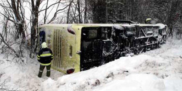 Bus mit 83 Jugendlichen kippte in Graben