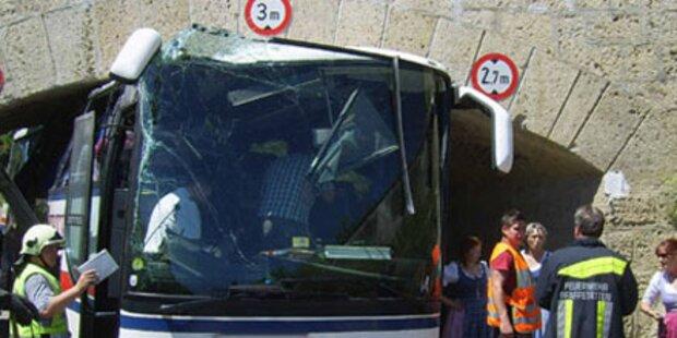 Bus bleibt in Unterführung stecken