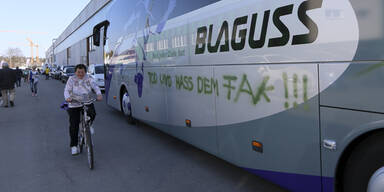 Nagelneuer Austria-Bus in Ried beschmiert
