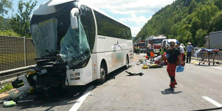 Horror-Crash auf A2: 40 Verletzte