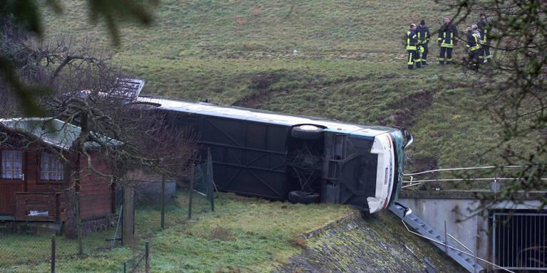 Schulbus stürzt ab: Zwei Kinder tot