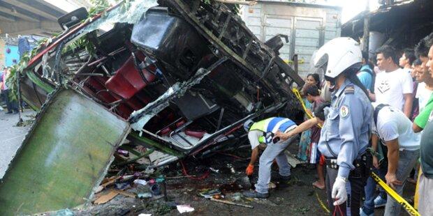 Bus stürzt von Hochstraße: 22 Tote