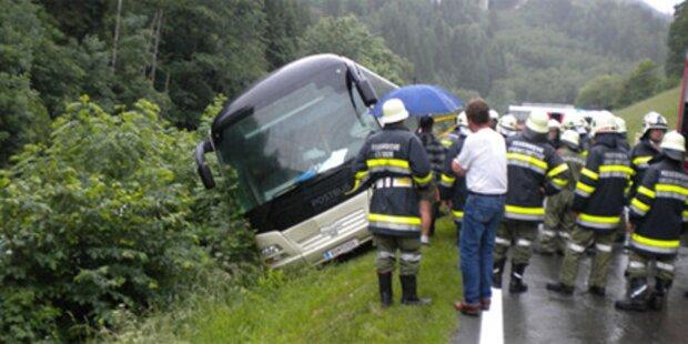 Linienbus drohte in Fluss zu stürzen