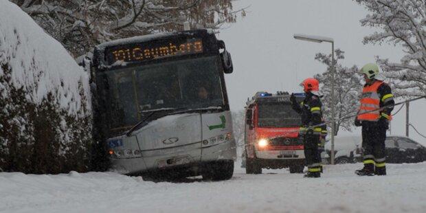 OÖ: 11 Personen in Bus gefangen