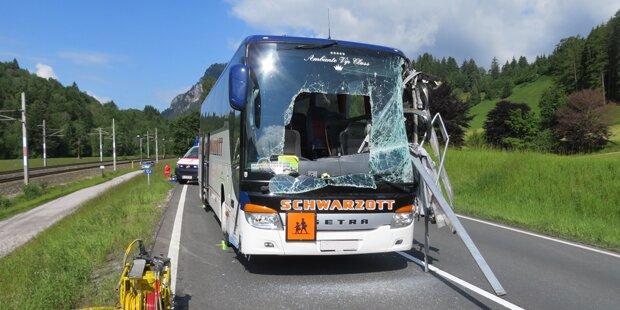 Lehrerin bei Bus-Unfall aufgespießt