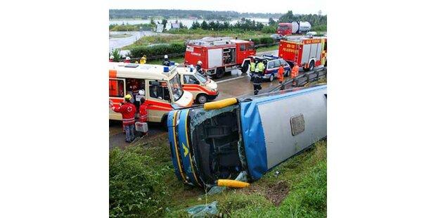 Reisebus auf der A9 umgekippt