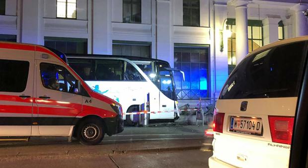 Reisebus prallte in Wiener U-Bahn-Station Alser Straße
