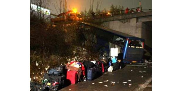 Bus stürzte von Brücke bei Graz - 40 Verletzte