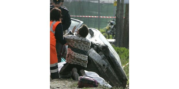 Auto raste in Bushaltestelle - fünf Tote