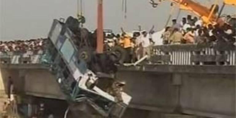 39 Kinder bei Busunfall in Indien ertrunken