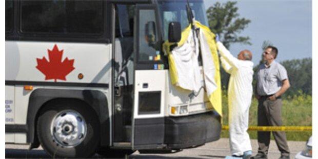Schülerbus krachte frontal gegen Lkw