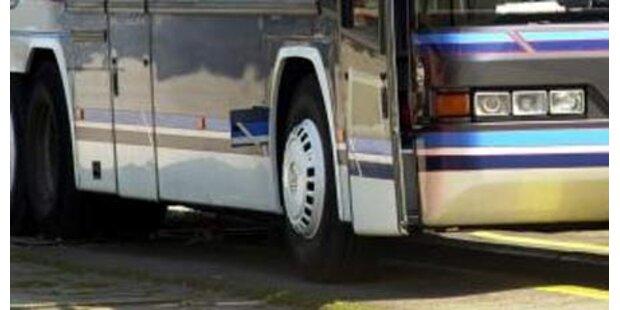 Bus in Rumänien von Zug erfasst