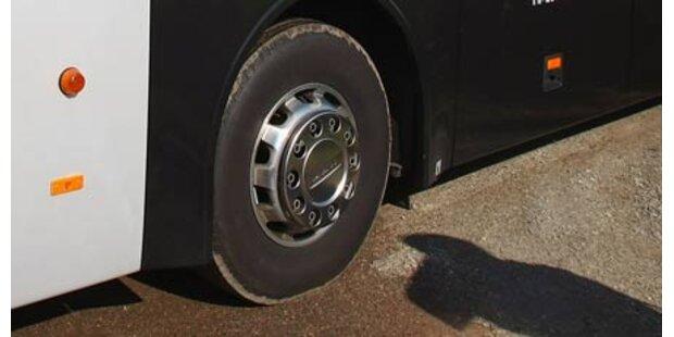 Unbekannter löste Radmuttern von Bus