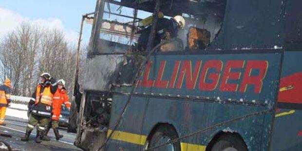 Schulbus gerät auf A1 in Brand