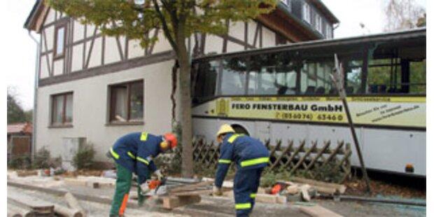 Deutscher Bus rast ins Wohnzimmer