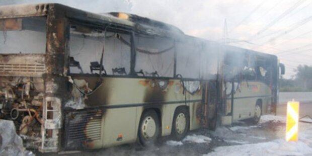 Linienbus brennt auf Südautobahn aus