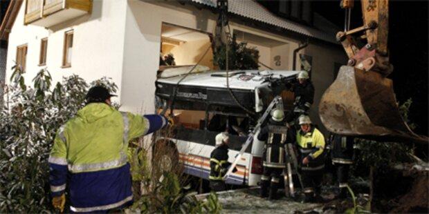 Bus krachte in Haus: Zwei Tote