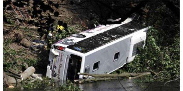 Bus 20 Meter in die Tiefe gestürzt