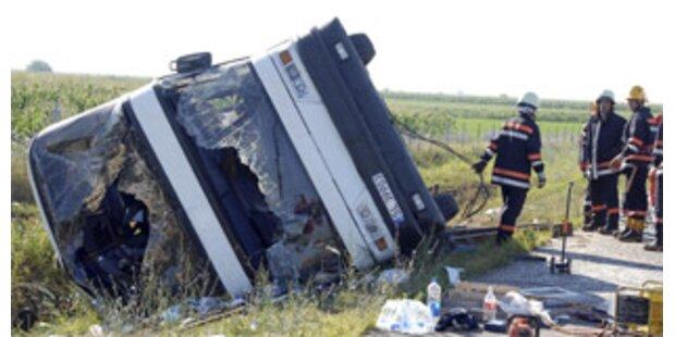 Polnischer Reisebus in Serbien verunglückt